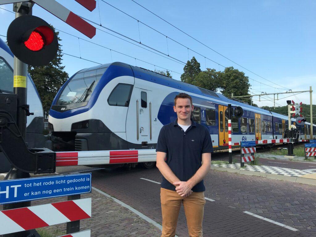 Thomas Goudsmits bij het spoor
